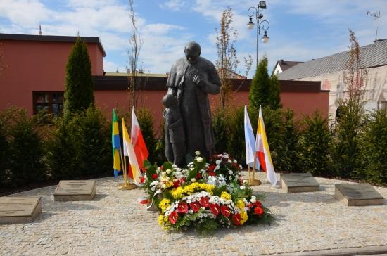 papiez-pomnik